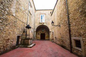 Castello Carafa cortile 1