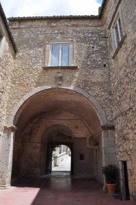 Castello Carafa cortile 2